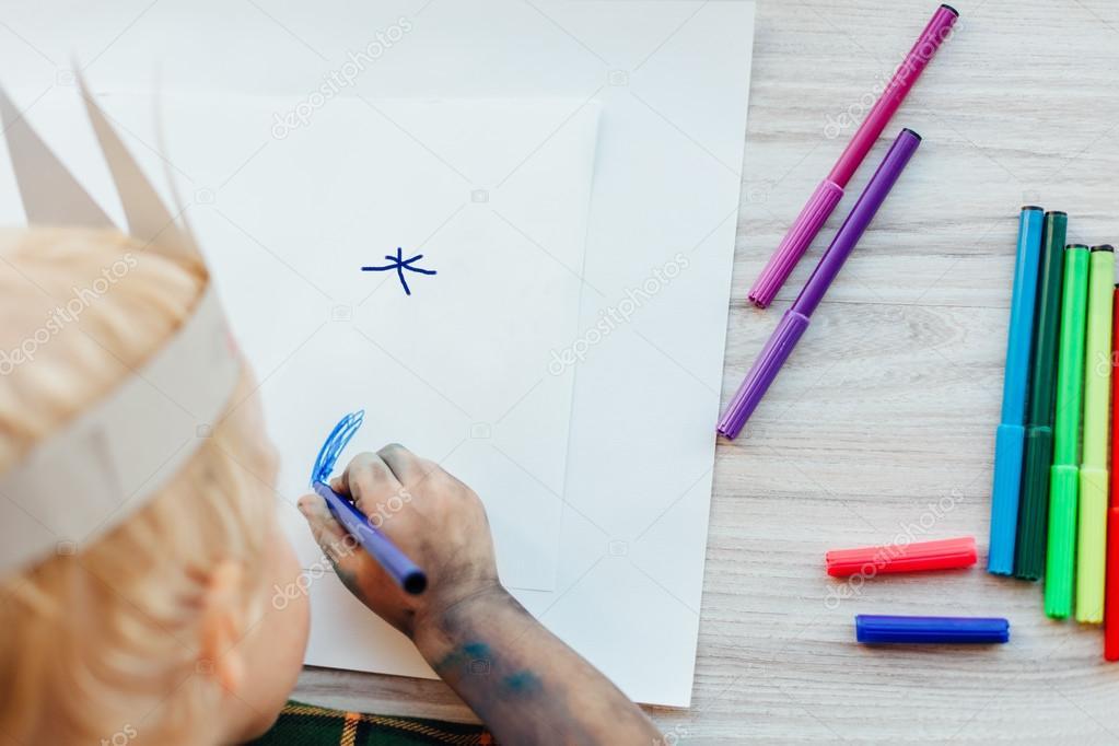 Closeup de niño dibujando sobre papel blanco. Wor creativa de los ...