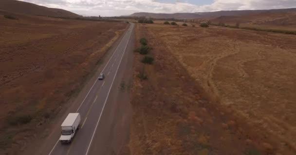 Vzdušný hukot horské trasy scéna, po auto a auto