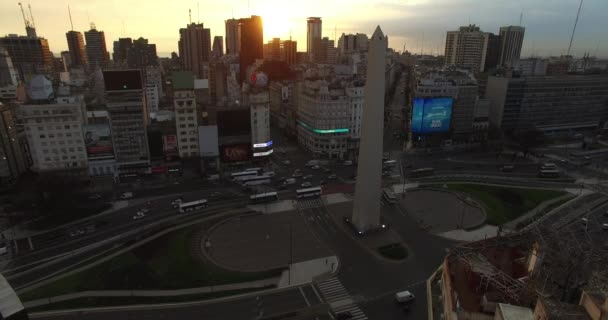 Luftdrohne Szene des Obelisk in Buenos Aires, Argentinien, bei Sonnenaufgang am Morgen. 9 de Julio Main Avenue, 9. Juli. Verkehr und Menschen, die arbeiten gehen. Kamera-Luftreise in Richtung Obelisk