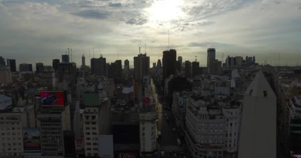 Luftbild Drohne Szene des Obelisk in Buenos Aires, Argentinien, bei Sonnenaufgang am Morgen. Hauptseite für 9 de Julio Avenue, 9 Juli. Kamera-Antenne Reisen bewegen seitlich und im Kreis.