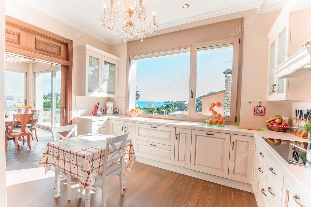 Moderne Retro Keuken : Keuken interieur in nieuwe luxe huis met een vleugje retro