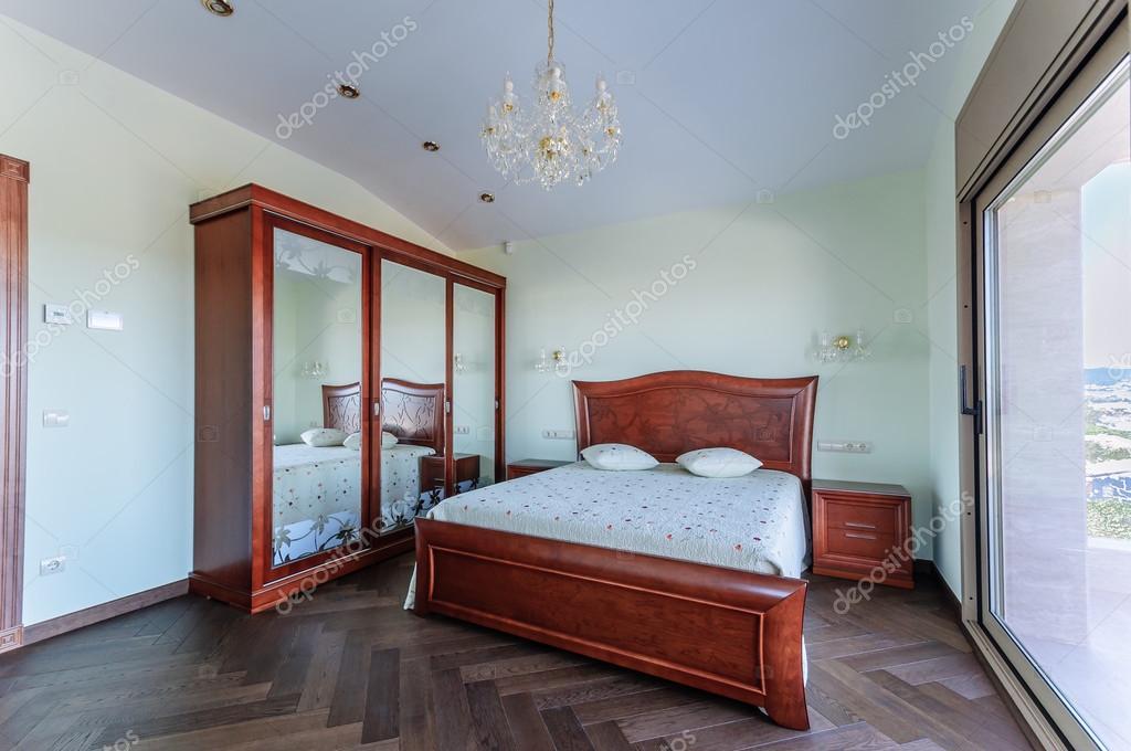 Slaapkamer Met Kledingkast : Slaapkamer in klassieke stijl. luxe mahoniehouten meubilair