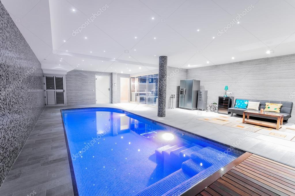 Rilassante piscina al coperto con illuminazione — Foto Stock ...