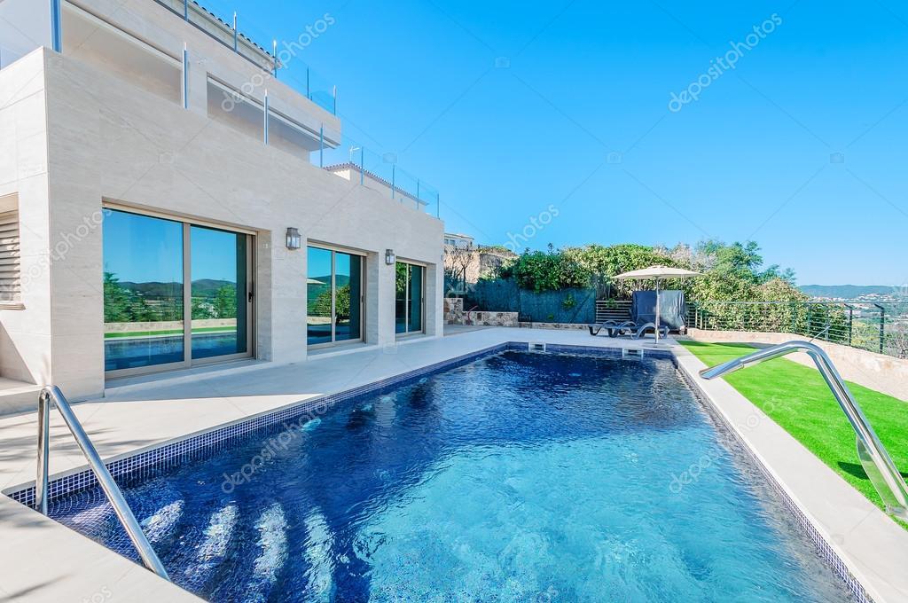 Maison moderne de luxe avec piscine avec jet cascade. Maison ...