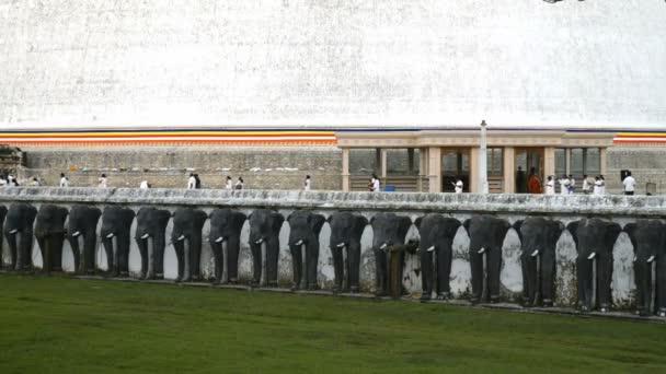 Pilgrims on Ruwanwelisaya Stupa