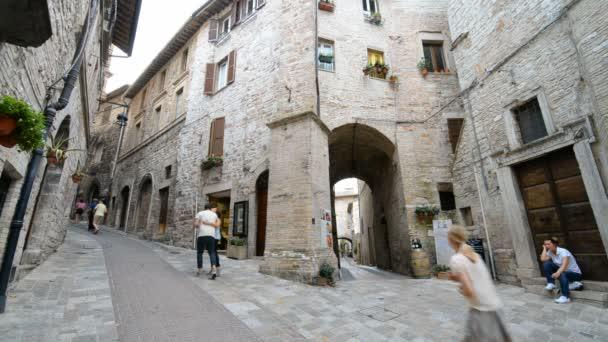 lidé na ulici z Assisi