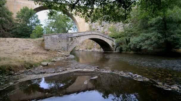 kamenný most nad řekou La vyléčit