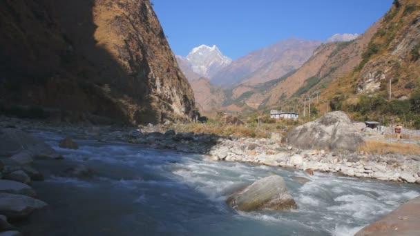 řeka v himálajské horské masivní