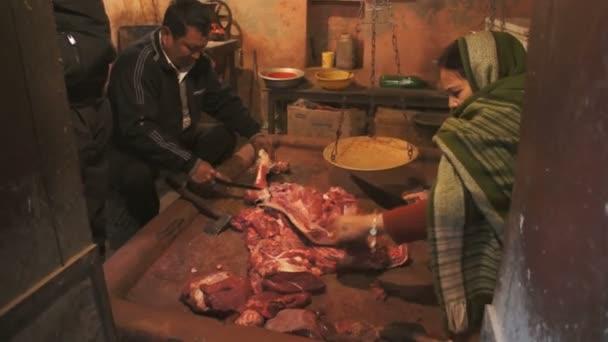 lidé pracující v řeznictví v Nepálu