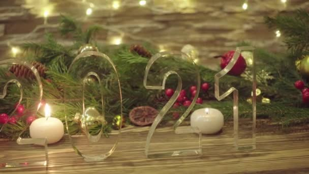 Novoroční dekorace se symboly roku 2021 a padajícím sněhem
