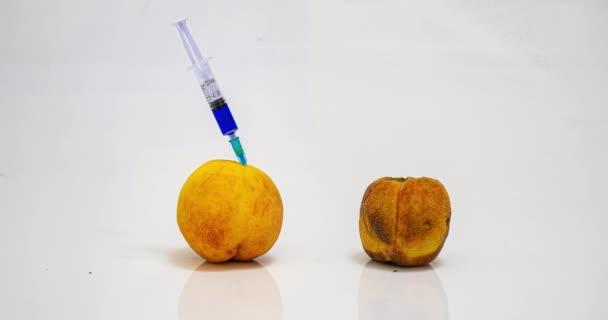 Pfirsich-Fäulnis-Zeitraffer, das Konzept der pflanzlichen ginetischen Modifikation, medizinische Verjüngung des Körpers, verschiedene kosmetische Verfahren