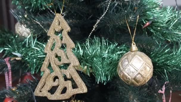 Weihnachtsbaum schmücken, Weihnachtsschmuck, Nahaufnahme