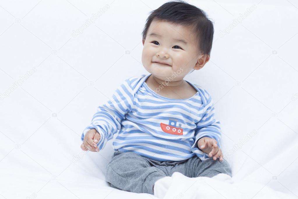 Schattig chinees baby jongen in sailor suit u stockfoto yifanjrb