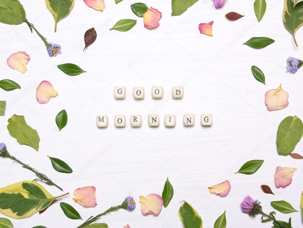 A Frase Bom Dia Em Um Quadro De Flores E Folhas Fotografias De