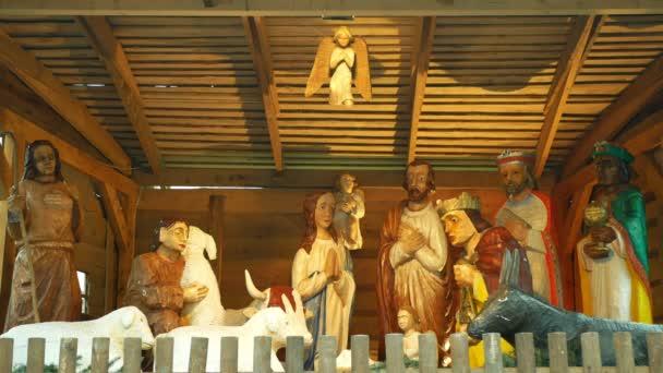 PROSTEJOV, TSCHECHISCHE REPUBLIK, 15. DEZEMBER 2020: Bethlehem von Hand geschnitzt aus Holzfiguren, Krippe große Statuen Josef, Maria, Jesus Christus kleines Kind Nahaufnahme, Drei Könige lebensgroße Adventsengel