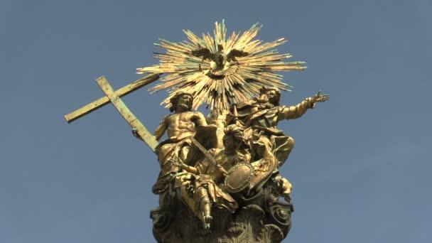 OLOMOUC, ČESKÁ REPUBLIKA, 29. června 2020: Dědictví mor sloup Nejsvětější Trojice UNESCO, sochy pozlacené zlaté mědi Země stojí Bůh Otec a syn, vznáší se Duch svatý archanděl Michael