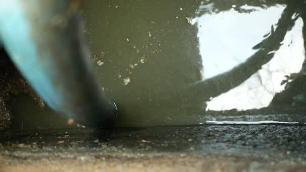 Sickergrube, die mittels Saugschlauch unter hohem Druck in den Tank gepumpt wird. Der Sumpf enthält Schmutzschlamm Schmutzwasser schwarzes Abwasser und Fäkalien sowie Exkremente aus der Heimat