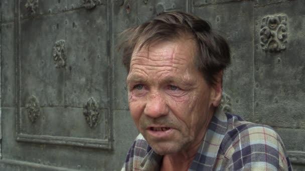Brno, Česká republika - 27 srpna 2015: autentické emoce starší muž tvář bezdomovců, Evropa, Eu