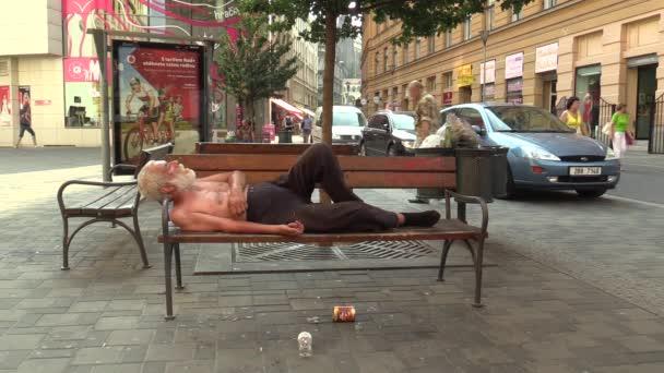 Brno, Česká republika - 11 srpna 2015: autentické emoce bezdomovec spal na lavičce, Evropa, Eu