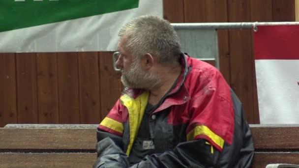 Brno, Česká republika - 11 září 2014: autentické emoce bezdomovec senior v dešti