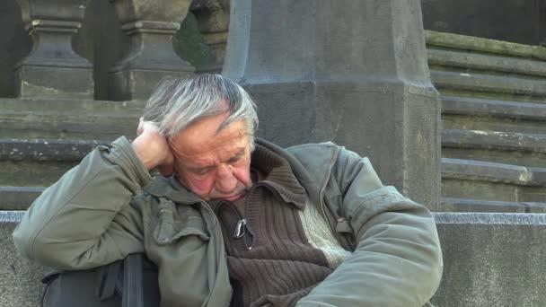 Olomouc, Česká republika - 3 července 2015: autentické emoce bezdomovec senior spánku a probuzení