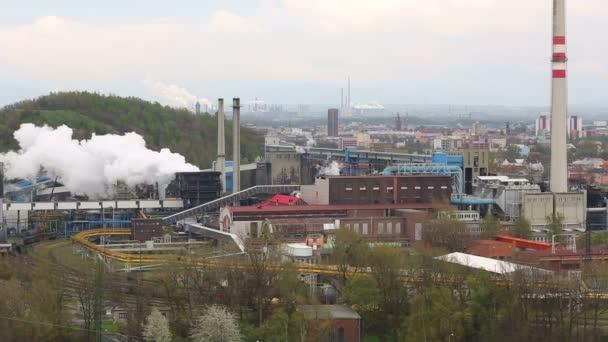 továrna kouře hromádky