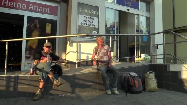 Starší muž a žena bez domova v městě pití, opilý