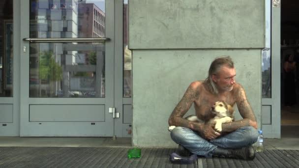 Olomouc, Česká republika - 27 srpna 2015: autentické emoce starší muž bez domova v městě žebrat se psem, město Olomouc, Střední Morava, Česká republika, Evropa, Eu