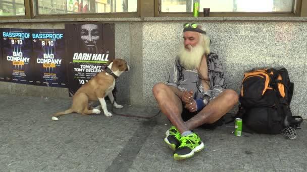 Brno, Česká republika - 1 září 2015: autentické emoce bezdomovec sedí se psem, město Brno, Jihomoravský kraj, Česká republika, Evropa, Eu