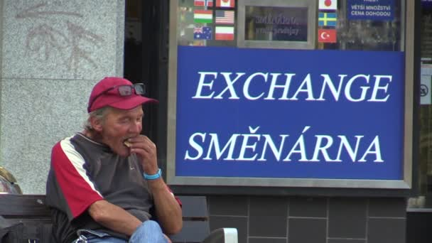 Brno, Česká republika - 16 července 2015: autentické emoce starší muž sedí na lavičce a jíst, pít, Jižní Morava, Evropa, Eu
