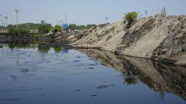 Ostrava, Česká republika - 3 srpna 2015: Hodil kámen do ropné laguny, bývalé skládky toxického odpadu v Ostravě, ropné laguny Ostramo, Evropa, Eu