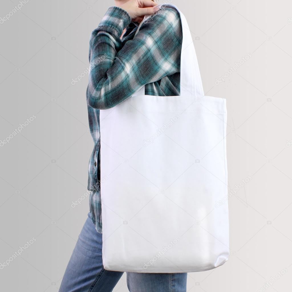 b304cfb90d Fille est tenir le sac cabas en coton blanc blanc, conception de maquette.  Sac à provisions à la main pour les filles — Image de ...