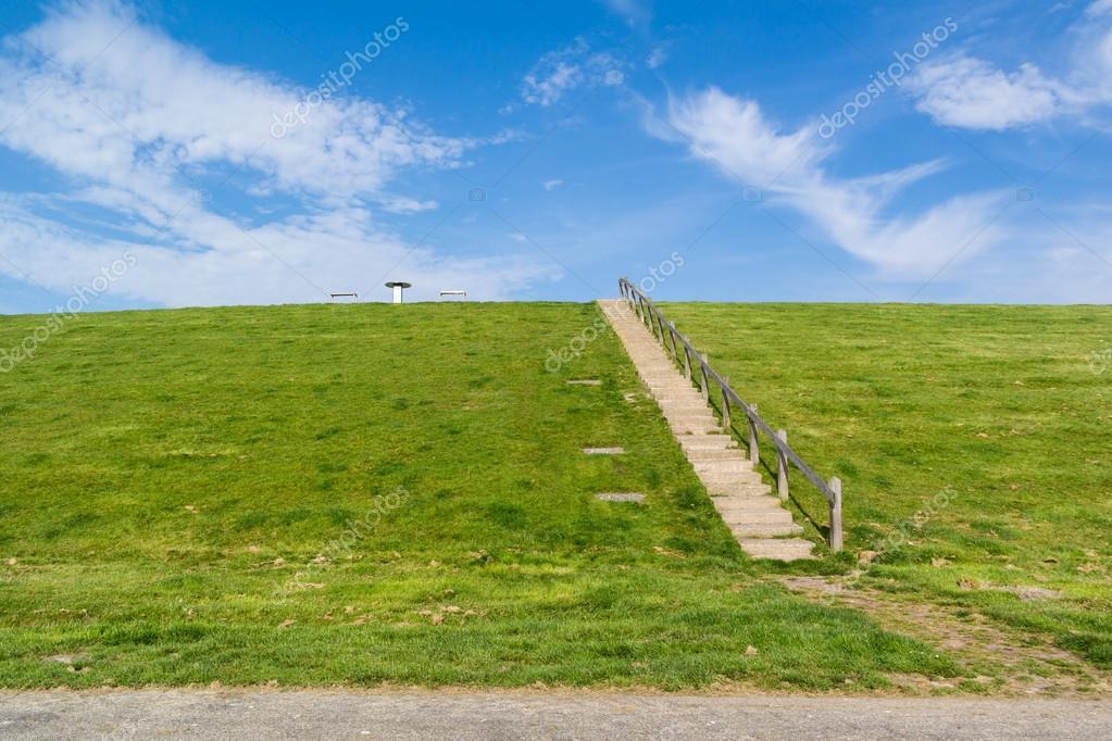 Groene dijk met trap naar boven nederland stockfoto for Trap naar boven