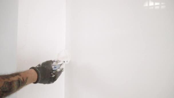 tätowierte Hand bemalt Wand mit Pinsel