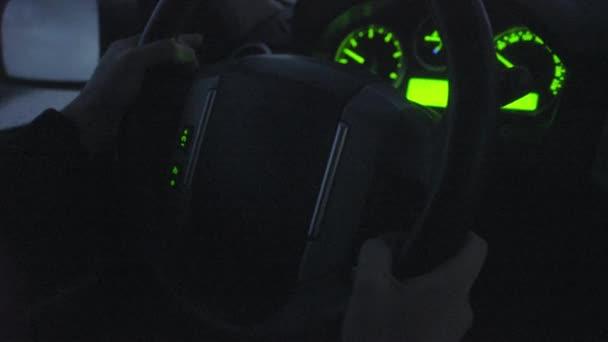 volant v noci na silnici