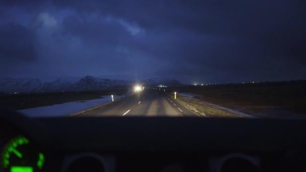 Noční jízdy na úzké silnici
