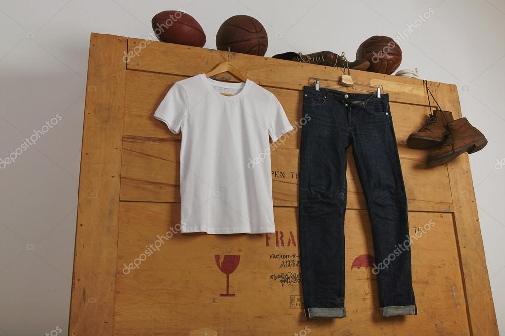 T shirt and jeans on wooden box with play balls u2014 foto stock