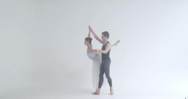 Dramatisch elegantes Paar klassischer Balletttänzer, die einen Tanz einstudieren, romantischer Tanz von Balletttänzern, ein junges Paar, das sich mit Choreographie beschäftigt.