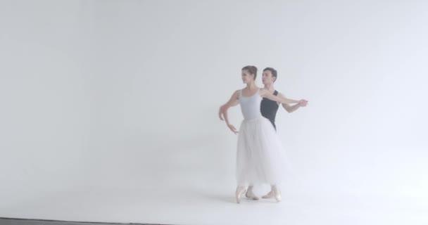 Dramatický pár klasických baletních tanečnic nacvičujících tanec, romantický tanec baletních tanečnic, mladý pár zabývající se choreografií.