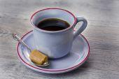Modré šálek kávy s 1 karamely