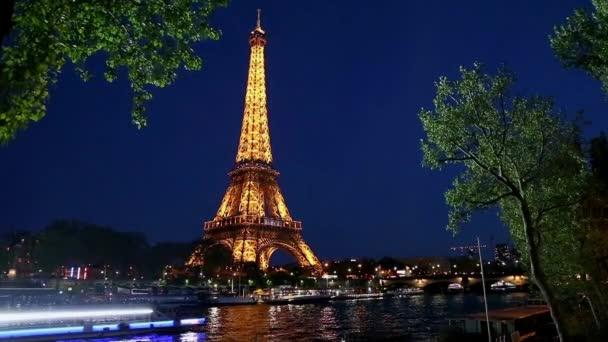 Eiffelova věž v večer v Paříži