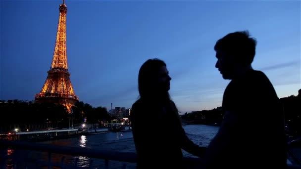 Milenci v večer v Paříži na Eiffelovu věž