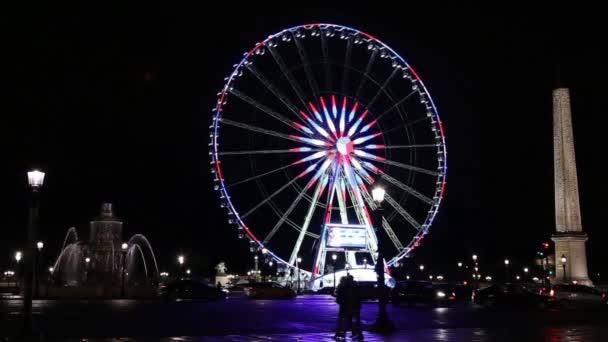 Osvětlené roue de Paris na náměstí place de la concorde v noci v Paříži