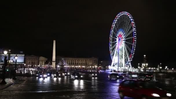 Plný provoz silniční avant roue de Paris v noci