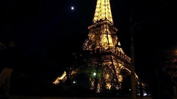 Eiffelova věž od zdola nahoru v noci v Paříži