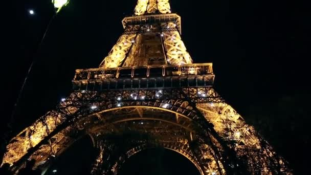 Světelnou show na Eiffelovu věž v Paříži