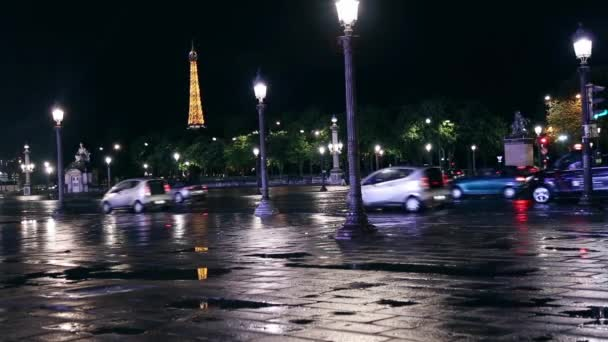 Place de la Concorde a Eiffelova věž v noci v Paříži