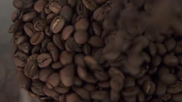 Kávová zrna jsou vyplněny mlýnek na kávu v pomalém pohybu