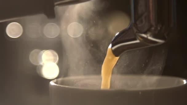 Káva teče z kávy stroj počítající