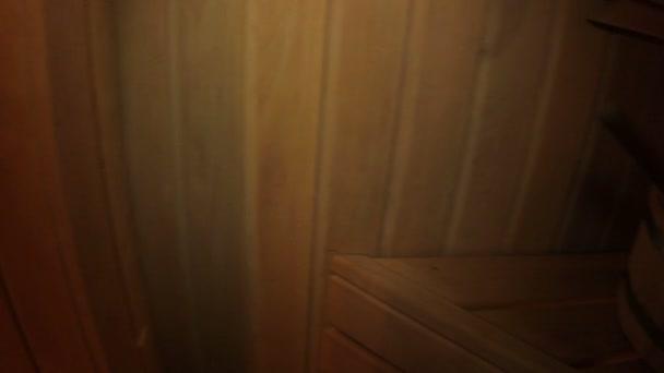 muž relaxaci v sauně